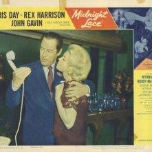Rex Harrison e Doris Day in una lobby card a colori del film Merletto di mezzanotte ( 1960 )