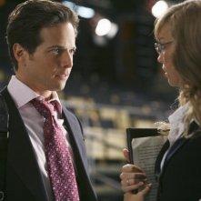 V: Brittney Irvin e Scott Wolf in una scena dell'episodio There Is No Normal Anymore