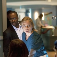 FlashForward: Courtney B. Vance e Sonya Walger nell'episodio Scary Monsters and Super Creeps