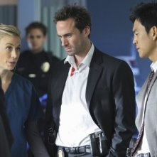 FlashForward: Joseph Fiennes, Sonya Walger e John Cho nell'episodio Scary Monsters and Super Creeps
