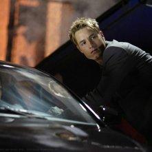 Mia (Elise Gatien) e Oliver (Justin Hartley) in una sequenza dell'episodio Crossfire di Smallville