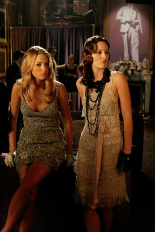 Serena (Blake Lively) e Blair (Leighton Meester) nell'episodio How to Succeed in Bassness di Gossip Girl