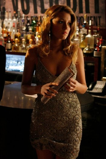 Un'elegantissima Blake Lively in un momento dell'episodio How to Succeed in Bassness di Gossip Girl