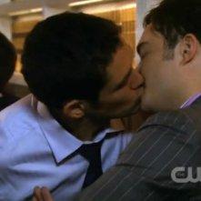 Gossip Girl: il bacio gay tra Neal Bledsoe e Ed Westwick in un episodio della terza stagione.