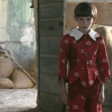 Il piccolo Robbie Kay in una scena di Pinocchio, fiction diretta da Alberto Sironi