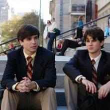 Jonathan (Matt Doyle) ed Eric (Connor Paolo) in una scena dell'episodio How to Succeed in Bassness di Gossip Girl
