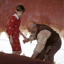 Robbie Kay e Bob Hoskins in una scena della fiction Pinocchio