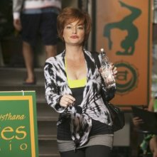 Cougar Town: Carolyn Hennesy nell'episodio Two Gunslingers