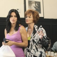 Cougar Town: Courteney Cox e Carolyn Hennesy nell'episodio Two Gunslingers