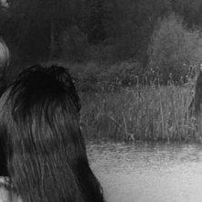 Deborah Kerr con Pamela Franklin (di spalle) e sullo sfondo Clytie Jessop in una scena del film Suspense