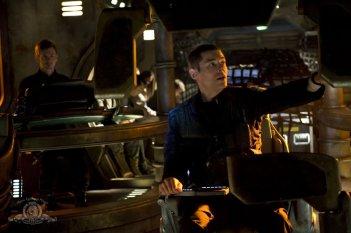 Haig Sutherland e Brian J. Smith ai comandi in un momento della puntata Light di Stargate Universe