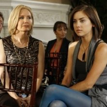 Ann Gillespie e Jessica Stroup in una scena dell'episodio Environmental Hazards di 90210