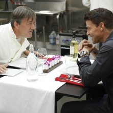 Bones: la guest star Stephen Fry con David Boreanaz nell'episodio The Dwarf in the Dirt