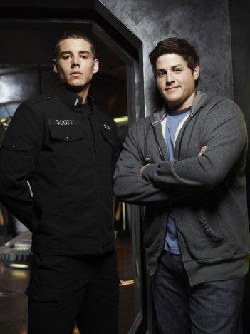 Brian J. Smith e David Blue in una foto promo della stagione 1 di Stargate Universe