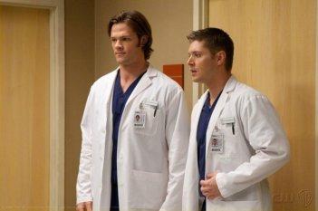 Supernatural: Jensen Ackles e Jared Padalecki in una scena dell'episodio Changing Channels