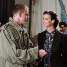Channing Tatum stringe la mano a Rachel Griffiths in una scena del film Step Up