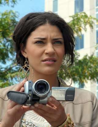 Vanessa (Jessica Szohr) con la telecamera, in primo piano, in una scena dell'episodio The Grandfather: Part II di Gossip Girl