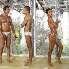 Grande Fratello 10: Camila Sant'Ana sotto la doccia con Alberto Baiocco e Giorgio Ronchini