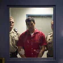 Jesse Metcalfe ammanettato in una immagine del film Un alibi perfetto.