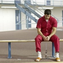 Jesse Metcalfe in ciabatte e divisa da carcerato nel film Un alibi perfetto, diretto da Peter Hyams