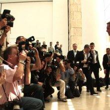 Lo stilista Valentino si lascia fotografare in passerella nel documentario Valentino: L'ultimo imperatore