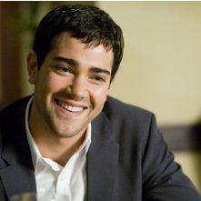 Un sorridente Jesse Metcalfe nel film Un alibi perfetto.
