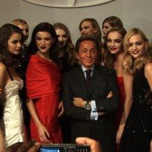 Valentino: L'ultimo imperatore - lo stilista insieme ad un gruppo di bellissime modelle