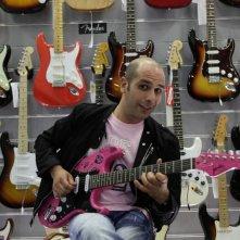 Checco Zalone con la chitarra in una sequenza di Cado dalle nubi