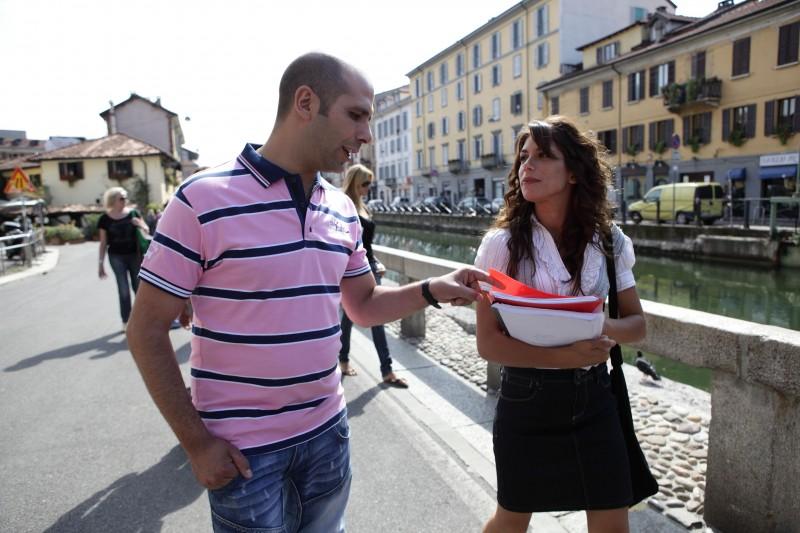 Chitarra In Spalla Per Luca Medici In Una Scena Di Cado Dalle Nubi Primo Film Di Checco Zalone 136964