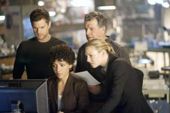 Fringe: John Noble, Jasika Nicole, Anna Torv e Joshua Jackson nell'episodio August