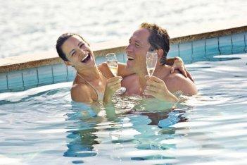 Jon Favreau e Kristin Davis in una scena della commedia L'isola delle coppie