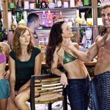Malin Akerman, Kristin Davis e Kristen Bell con il muscoloso Carlos Ponce nella commedia L'isola delle coppie