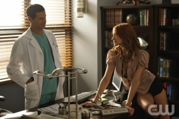 Melrose Place: Thomas Calabro ed Ashlee Simpson-Wentz nell'episodio Shoreline