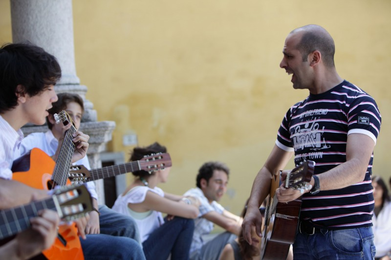 Musica In Strada Per Luca Medici In Una Scena Di Cado Dalle Nubi 136960