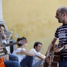 Musica in strada per Luca Medici in una scena di Cado dalle nubi