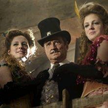 Daniel Prévostè Pat Poker con due belle ragazze al proprio fianco in una scena del film Lucky Luke
