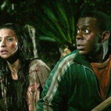 Tamara Feldman accanto a Deon Richmond in una scena dell'horror Hatchet