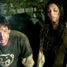 Tamara Feldman e Joel David Moore in una scena di Hatchet