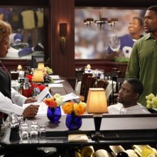 Brothers: CCH Pounder in un momento dell'episodio Mom at Bar/Train Buddy