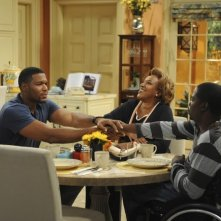 Brothers: CCH Pounder, Michael Strahan e Daryl Mitchell in un momento dell'episodio Mom at Bar/Train Buddy