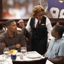 Brothers: CCH Pounder, Michael Strahan e Daryl Mitchell in una scena dell'episodio Mom at Bar/Train Buddy