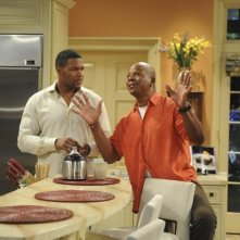 Brothers: Michael Strahan e Daryl Mitchell in una scena dell'episodio Mom at Bar/Train Buddy