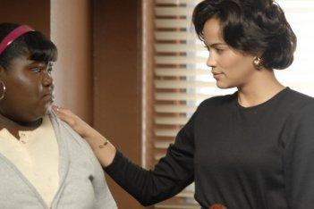 Gabourey 'Gabby' Sidibe e Paula Patton in una scena del film Precious