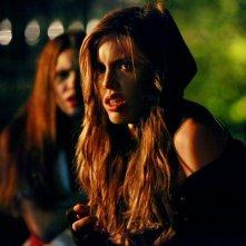 La vampiresca Vicki (Kayla Ewell) con Elena (Nina Dobrev) alle spalle nell'episodio Haunted di The Vampire Diaries