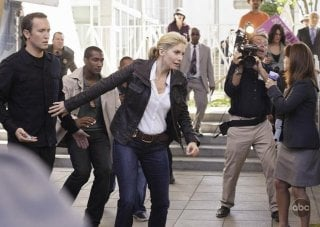 V: Elizabeth Mitchell in una scena dell'episodio A Bright New Day