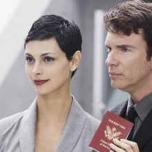 V: Morena Baccarin e Christopher Shyer nell'episodio A Bright New Day