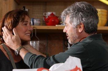 Monica Guerritore con Antonio Catania nel dramma 'La bella gente'.
