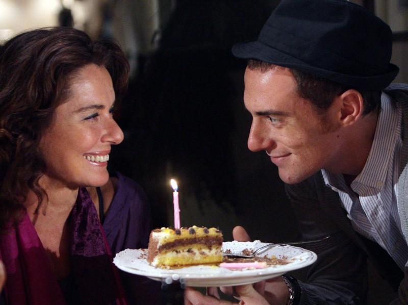 Elio Germano con Monica Guerritore nel dramma 'La bella gente'.