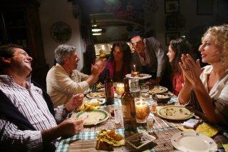 Il cast de 'La bella gente' a tavola: si riconoscono Monica Guerritore, Antonio Catania, Elio Germano e Iaia Forte