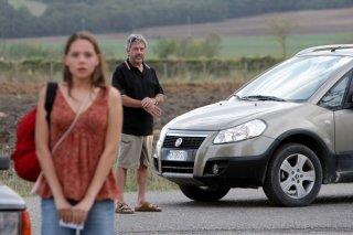 Victoria Larchenko e Antonio Catania (alle sue spalle) nel film La bella gente.